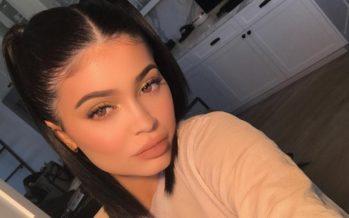 Kylie Jenner gratuliert Travis Scott mit einer Plakatwand